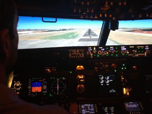 a los mandos de un simulador B737-NG